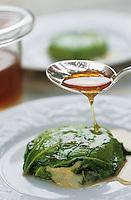 """Europe/France/Midi-Pyrénées/46/Lot/Vallée de la Dordogne/Lacave: Cabecou en feuille de chou au miel des causses - Recette de Daniel Chambon chef du restaurant """"Le Pont de L'Ouysse"""""""
