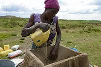 TANZANIA, Tarime District, village Nyakunguru infront of Acacia Gold Mine, people in the village do small scale gold mining and washing / kleingewerbliche Goldwaescher bei der Arbeit