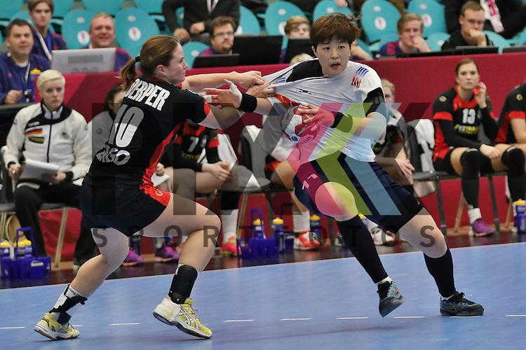 Kolding (DK), 010.12.15, Sport, Handball, 22th Women's Handball World Championship, Vorrunde, Gruppe C, Deutschland-S&uuml;d Korea : Anna Loerper (Deutschland, #10), Ryu Eun Hee (S&uuml;d Korea, #11)<br /> <br /> Foto &copy; PIX-Sportfotos *** Foto ist honorarpflichtig! *** Auf Anfrage in hoeherer Qualitaet/Aufloesung. Belegexemplar erbeten. Veroeffentlichung ausschliesslich fuer journalistisch-publizistische Zwecke. For editorial use only.