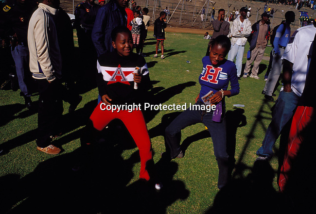 dippnig00070 Nightlife JOHANNESBURG, SOUTH AFRICA - MAY 4: Unidentified people dancing and partying on May 4, 2002 in Midrand north of Johannesburg, South Africa.Teenagers..©Per-Anders Pettersson/iAfrika Photos...