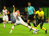 BARRANCABERMEJA -COLOMBIA, 18-11-2017:  Estefano Arango (Der) jugador de Alianza Petrolera disputa el balón con Jose David Moya (Izq) de Independiente Santa Fe durante encuentro fecha 20 de la Liga Aguila II 2017 disputado en el estadio Daniel Villa Zapata de la ciudad de Barrancabermeja. / Estefano Arango (R) player of Alianza Petrolera fights for the ball with Jose David Moya (L) player of Independiente Santa Fe during match valid for the date 20 of the Aguila League II 2017 played at Daniel Villa Zapata stadium in Barrancabermeja city. Photo: VizzorImage / Jose Martinez / Cont