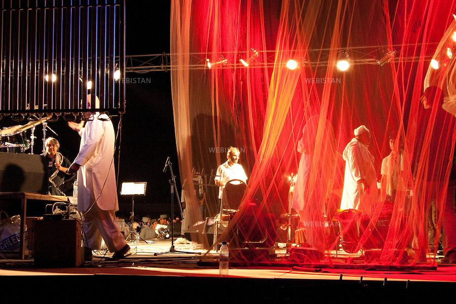 AFGHANISTAN - MAZAR-E CHARIF - 7 aout 2009 :  Stade de Mazar-e Charif. Decors de scene pour le concert gratuit du chanteur afghano-americain, Farhad Darya. ..AFGHANISTAN - MAZAR-E CHARIF - August 7th, 2009 : Mazar-e Charif stadium. Stage decor for the free concert given by Afghan-American singer Farhad Darya.
