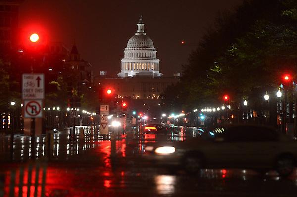 """STX05 WASHINGTON (ESTADOS UNIDOS) 30/10/2012.- Vista del Capitolio tras el paso del ciclón tropical """"Sandy"""" en Washington (Estados Unidos) hoy, martes 30 de octubre de 2012. El presidente de Estados Unidos, Barack Obama, declaró hoy """"zona catastrófica"""" las áreas de Nueva York y Nueva Jersey afectadas por los fuertes vientos y anegadas por la marejada del ciclón """"Sandy"""". EFE/ Shawn Thew"""