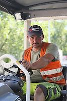 Thomas Lux arbeitet mit seinen Mitarbeitern am Asphaltieren der Landgraf-Georg-Straße