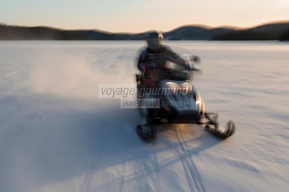 Amérique/Amérique du Nord/Canada/QuébecvSaint-Alexis-des-Monts:  Motoneige sur le  du lac  Sacacomie