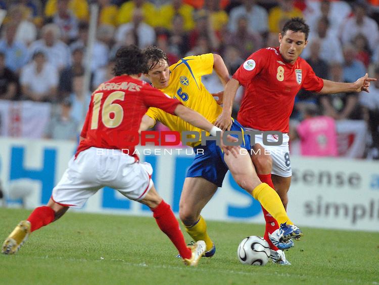 FIFA WM 2006 -  Gruppe B Vorrunde ( Group B )<br /> <br /> Play    #35 (20-Jun) - Schweden vs England <br /> <br /> <br /> <br /> Erik Edman (SWE) gegen Owen Hargraves (ENG) und Frank Lampard (ENG)<br /> <br /> <br /> <br /> Foto &copy; nordphoto