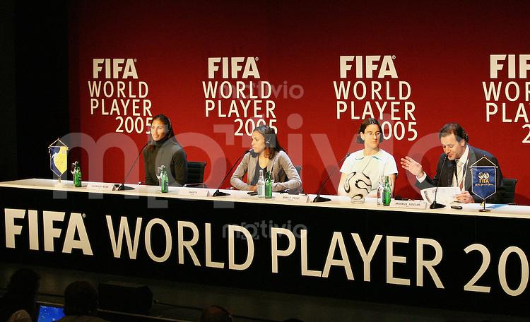 Fussball International FIFA Weltfussballerinn 2005 PK Uebersicht, Shannon Boxx (USA), Marta (BRA) und Birgit Prinz (GER), FIFA Medien Direktor Markus Siegler v.li.