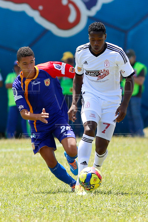 POPAYAN -COLOMBIA-19-07-2014. Cristian Peña (Izq) jugador de Universitario de Popayan disputa un balón con Leyvin Balanta (Der) jugador de América de Cali  durante partido por la fecha 1 del Torneo Postobón II 2014 jugado en el estadio Ciro Lopez de la ciudad de Popayan./ Cristian Peña (L) player of Universitario de Popayan fights for the ball with Leyvin Balanta (R) player of America de Cali during the match for the first date of Postobon Tournament II 2014 played at Ciro Lopez stadium in Popayan city. Photo: VizzorImage/Juan C. Quintero/STR