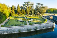 France, Indre-et-Loire (37), Chenonceaux, château et jardins de Chenonceau, jardin de Catherine de Médicis au bord du Cher (vue aérienne)