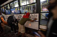 SÃO PAULO 17 JUNHO 2013 - PROTESTO CONTRA O AUMENTO DE TARIFA DE ONIBUS - Alguns onibus são pixados na Rua Augusta sentido Av. Paulista na noite desta segunda  feira (17), para a 5ª manifestação organizada pelo MPL (Movimento Passe Livre) que reivindica a redução da passagem de ônibus na cidade de São Paulo. FOTO: LEVI BIANCO - BRAZIL PHOTO PRESS