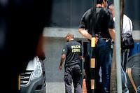 """SÃO PAULO,SP, 04.03.2016 - OPERAÇÃO- LAVA JATO - Movimentação na sede da Polícia Federal, no bairro da Lapa, zona oeste de São Paulo, na manhã desta sexta-feira (04), durante a 24ª fase da Operação Lava Jato. O ex-presidente Luiz Inácio Lula da Silva é alvo de um dos mandados de condução coercitiva e será obrigado a prestar esclarecimentos, segundo a Polícia Federal. A ação foi batizada de """"Aletheia"""" e é uma referência a uma expressão grega que significa """"busca da verdade"""". (Foto : Marcio Ribeiro/Brazil Photo Press)"""