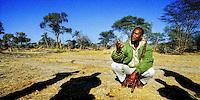 Peter Gava, Ranger und Guide der Matetsi Lodge in Zimbabwe erklärt Safari Gästen am frühen Morgen die Geheimnisse des Busches