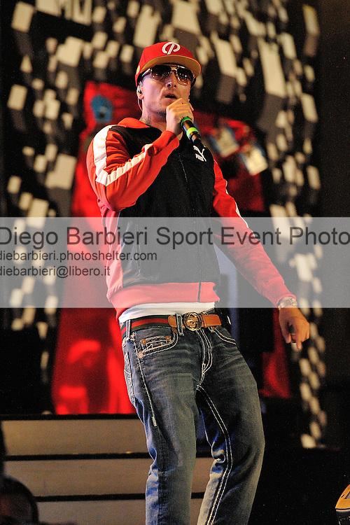(KIKA) - TORINO, 29/06/2012 - Guè Pequeno detto Il Guercio dei Club Dogo si esibisce durante la prima serata degli MTV Days in piazza Castello a Torino, il 29 giugno 2012.