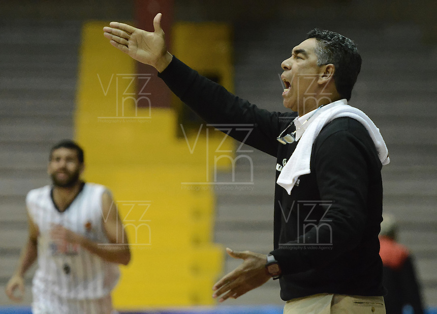 BOGOTÁ -COLOMBIA. 25-04-2014. José Tapias (I) entrenador de Piratas de Bogotá  gesticula durante partido contra Halcones de Cúcuta por la fecha 15 de la  Liga DirecTV de Baloncesto 2014-I de Colombia realizado en el coliseo El Salitre de Bogotá./ Jose Tapias coach of Piratas de Bogota gestures during match against Halcones de Cucuta for the 15th date of DirecTV Basketball League 2014-I in Colombia at El Salitre coliseum in Bogota. Photo: VizzorImage/ Gabriel Aponte / Staff