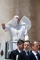 Papa Francesco durante l'udienza generale in Piazza San Pietro
