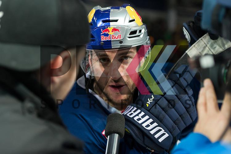 Eishockey, DEL, EHC Red Bull M&uuml;nchen - Hamburg Freezers <br /> <br /> Im Bild Steve PINIZZOTTO (EHC Red Bull M&uuml;nchen, 14) beim TV-Interview beim Spiel in der DEL EHC Red Bull Muenchen - Hamburg Freezers.<br /> <br /> Foto &copy; PIX-Sportfotos *** Foto ist honorarpflichtig! *** Auf Anfrage in hoeherer Qualitaet/Aufloesung. Belegexemplar erbeten. Veroeffentlichung ausschliesslich fuer journalistisch-publizistische Zwecke. For editorial use only.