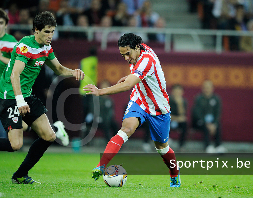 Uefa Europa League Final Bucharest 2012 : Wednesday 9 May 2012 - National Arena Bucharest : Club Atletico de Madrid - Athletic Club Bilbao.Falcao aan de bal voor Javi Martinez.foto DAVID CATRY