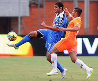 ENVIGADO -COLOMBIA-25-01-2014. Diego Alvarez (Der) de Envigado disputa el balón con Oswaldo Henriquez (Izq) de Millonarios durante partido por la fecha 1 de la Liga Postobón I 2014 realizado en el Polideportivo Sur de la ciudad de Envigado./ Diego Alvarez (R) of Envigado fights for the ball with Oswaldo Henriquez (L) of Millonarios during match for the 1st date of the Postobon League I 2014 at Polideportivo Sur in Envigado city.  Photo: VizzorImage/Luis Ríos/STR