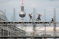 Arbeiter posieren für ein Foto während Vorbereitungen für US-Präsident Barack Obama Besuch am Samstag (15.06.13) vor dem Brandenburger Tor in Berlin. Foto: Maja Hitij/CommonLens