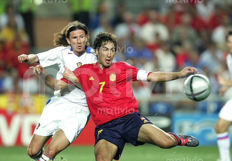 Fussball INTERNATIONAL EURO 2004 Spanien 1-0 Russland Raul (ESP,re) gegen Alexei Smertin (RUS)