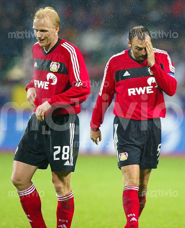 Fussball / 1. Bundesliga Saison 2002/2003   18. Spieltag Bayer 04 Leverkusen - Energie Cottbus 0:3   Carsten Ramelow und Jens Nowotny (v.l. beide Leverkusen) enttaeuscht.