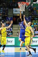 Shavon Shields (Fraport Skyliners) setzt sich durch gegen Chris Kramer (EWE Baskets Oldenburg) und Maxime De Zeeuw (EWE Baskets Oldenburg) - 27.11.2016: Fraport Skyliners vs. EWE Baskets Oldenburg, Fraport Arena Frankfurt