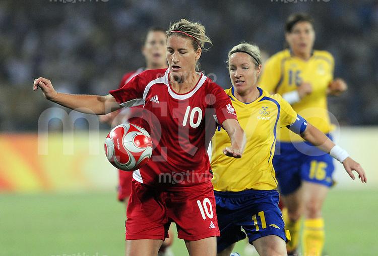 Olympia 2008  Peking  Fussball  Frauen   12.08.2008 Schweden - Kanada Martina FRANKO (li. CAN) gegen Victoria SVENSSON (SWE).