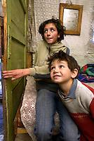 SLOWAKEI, 11.2008.Markusovce bei Spisska Nova Ves (Zipser Neudorf).Romaslum / Zigeunersiedlung der fuer die Slowakei typischen Art:.Bruder und Schwester in ihrem einsturzgefaehrdeten Haus (Aussenansicht siehe Fejer08113070.jpg)..Typical Roma slum / Gypsy settlement:.Brother and sister in their house which is about to collapse (exterior view: Fejer08113070.jpg)..© Martin Fejer/EST&OST