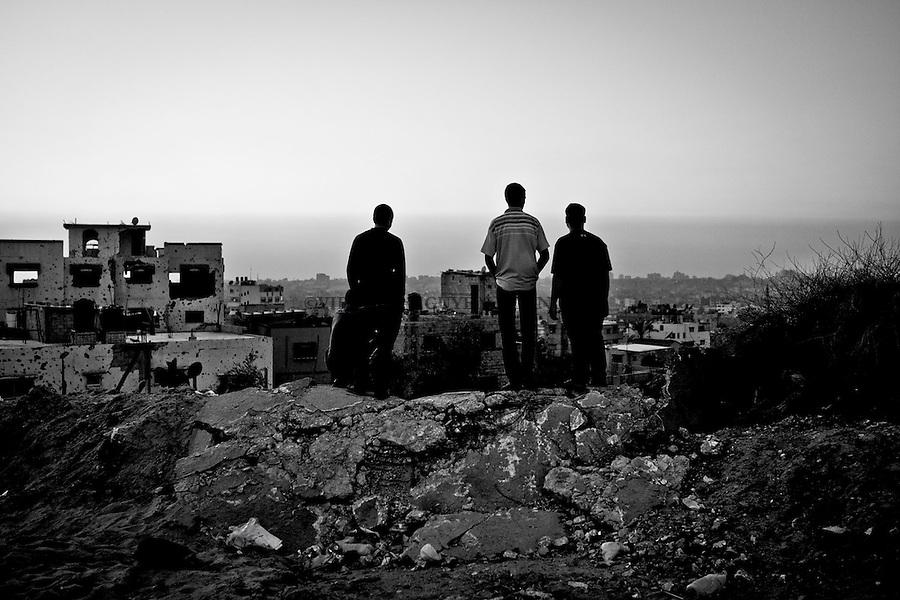 Gaza: Shejaya: des jeunes hommes regardent le coucher de soleil depuis le point le plus &eacute;lev&eacute; dans la bande de Gaza &agrave; Shejaya.<br /> <br /> Gaza, Shejaya: Young men looking at the sunset from the highest point of Gaza in Shejaya