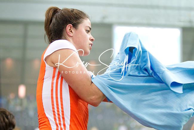LEIPZIG -  Vliegende keep Mignonne Meekels , zaterdag tijdens de halve finalewedstrijd bij de vrouwen tussen Nederland en Duitsland (1-4) bij het EK Zaalhockey in Leipzig.  ANP KOEN SUYK