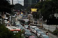 SÃO PAULO, SP, 30.04.2015 - TRÂNSITO/  SP - O motorista enfrenta trânsito intenso na Avenida Eusébio Matoso sentido bairro devido a Manifestação na rua da Consolação na regiao oeste da cidade de São Paulo na tarde dessa quinta-feira, 30. ( Foto: Kevin David / Brazil Photo Press ).