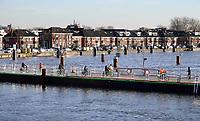 Nederland - Zaandam -  2020.  De Beatrixbrug en de Wilhelminabrug worden tegelijkertijd  afgebroken en vervangen door nieuwe bruggen. Tijdelijke Pontonbrug over de Zaan. De Nietzo Vlotbrug.  Foto Berlinda van Dam / Hollandse Hoogte