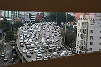 SÃO PAULO,SP, 18.11.2015 - TRÂNSITO-SP - Tráfego intenso de veículos nos dois sentidos do Viaduto Júlio de Mesquita Filho, no bairro da Bela Vista, região central de São Paulo, na tarde desta quarta-feira, 18. (Foto: William Volcov/Brazil Photo Press)