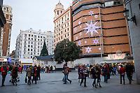 Gente a passeggio nelle vie del centro di Madrid