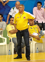BUCARAMANGA - COLOMBIA - 30 - 04 - 2013: Jose Dilone entrenador de Bucaros de Bucaramanga durante partido en el Coliseo Vicente Romero Diaz, abril 30 de 2013. Bucaros de Bucaramanga y Manizales Once Caldas en partido de la octava fecha de la fase II de la Liga Directv Profesional de baloncesto (Foto: VizzorImage / Jaime Moreno / Str). Jose Dilone (C) coach of Bucaros from Bucaramanga during a match in the Coliseum Vicente Romero Diaz in Bucaramanga, April 30, 2013. Bucaros from Bucaramanga and Manizales Once Caldas in the eighth match of the phase II of the Directv Professional League basketball, game at the Coliseum Vicente Romero Diaz. (Photo: VizzorImage / Jaime Moreno / Str)..