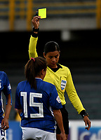 BOGOTÁ-COLOMBIA, 03-08-2019: Viviana Muñoz, árbitro muestra tarjeta amarilla a Mariana Pion de Millonarios, durante partido entre Millonarios y el Independiente Santa Fe de la fecha 4 por la Liga Femenina Águila 2019  jugado en el estadio Nemesio Camacho El Campín de la ciudad de Bogotá. / Viviana Muñoz, referee shows yellow card to Mariana Pion of Millonarios during a match between Millonarios and Independiente Santa Fe of the 4th date for the 2019 Women's Aguila League played at the Nemesio Camacho El Campin Stadium in Bogota city, Photo: VizzorImage / Luis Ramírez / Staff.