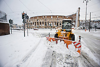Uno spalaneve al lavoro davanti il Colosseo. Una fitta nevicata ha imbiancato anche la Capitale dopo aver colpito gran parte dell'Italia provocando seri danni e enormi disagi alla circolazione di tutti i mezzi..A rare snowfall blanketed Rome. Other parts of the country experienced frigid temperatures unseen in years.
