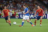 FUSSBALL  EUROPAMEISTERSCHAFT 2012   FINALE Spanien - Italien            01.07.2012 Riccardo Montolivo (Mitte, Italien) gegen Alvaro Arbeloa (li) und Sergio Busquets (re, beide Spanien)