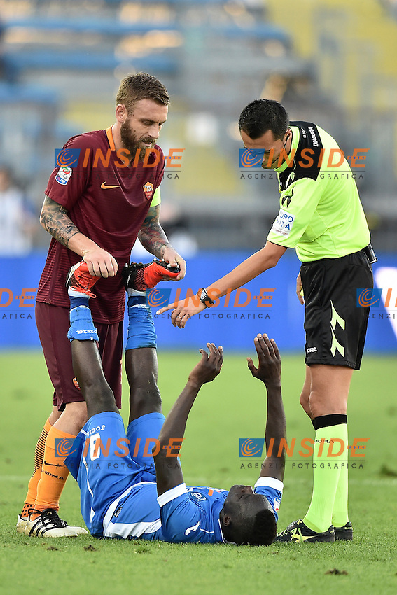Daniele De Rossi gives an help to Assane Diousse. Fair Play <br /> Empoli 30-10-2016 Stadio Castellani <br /> Football Calcio Serie A 2016/2017 Empoli - AS Roma Foto Andrea Staccioli / Insidefoto