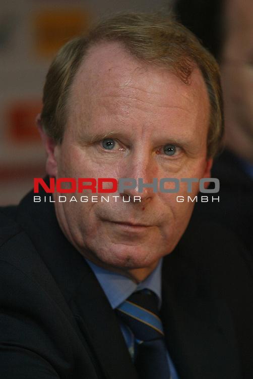 Laenderspiel EM 2004 Qualifikation<br /> Deutschland vs. Schottland 2:1<br /> Teamchef Berti Vogts von Schottland nach dem Spiel in der Pressekonferenz.<br /> Foto &copy; nordphoto - Ruediger Lampe<br /> <br />  *** Local Caption *** Foto ist honorarpflichtig! zzgl. gesetzl. MwSt.<br />  Belegexemplar erforderlich<br /> Adresse: nordphoto<br /> Georg-Reinke-Strasse 1<br /> 49377 Vechta