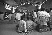 Con  l'indipendenza dal Portogallo nel 1975, notevole &egrave; stato lo sforzo del Mozambico per dare una scolarizzazione di base a tutti gli abitanti; l'analfabetizzazzione raggiungeva infatti il 90% della popolazione.<br />  Oggi la scuola primaria &egrave; stata portata in tutti villaggi, nonostante gli enormi disagi, con maestri e professori che affrontano ogni giorno notevoli sacrifici.