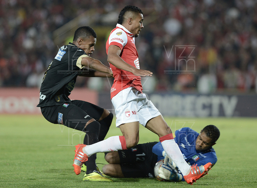 BOGOTÁ -COLOMBIA, 06-12-2014. Wilson Morelo (C) de Independiente Santa Fe trata de anotar frente a Jose fernando Cuadrado (Der) arquero y Jose Luis Moreno (Izq) jugadores de Once Caldas durante partido por la fecha 5 de los cuadrangulares semifinales de la Liga Postobón II 2014 jugado en el estadio Nemesio Camacho el Campín de la ciudad de Bogotá./ Wilson Morelo player (C) of Independiente Santa Fe tries to score in front of Jose fernando Cuadrado (R) goalkeeper and Jose Luis Moreno (L) players of Atletico Huila during the match for the 5th date of the semifinal quadrangular of the Postobon League I 2014 played at Nemesio Camacho El Campin stadium in Bogotá city. Photo: VizzorImage/ Gabriel Aponte / Staff