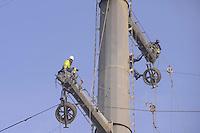 - sud Milano, ricostruzione di una linea elettrica ad alta tensione con tralicci a basso impatto ambientale e paesaggistico<br /> <br /> <br /> <br /> - south Milan, reconstruction of an high-voltage power line with low environmental and scenic impact pylons