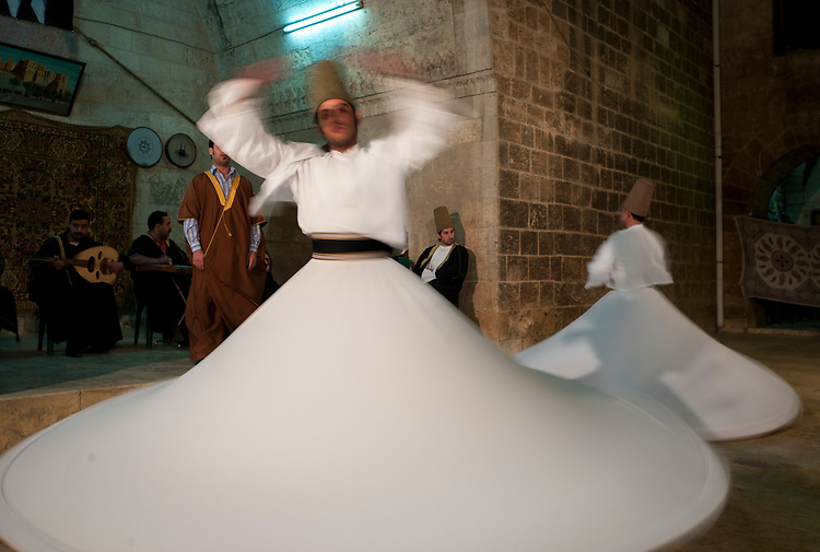 Syria. Aleppo. The whirling Dervishes of the Sufi Mawlawiyah Order. The order is a fraternity founded in Konya (Turkey) in the year 1273 by Persian poet Jalal al-Din Rumi (1207-1273). Syrie. Aleppo. Les derviches tourneurs de l'ordre sufi des Mawlawiyah. L'ordre est une fraternité créé par le poète persan Jalal al-Din Rumi (1207-1273) à Konya (Turquie) en 1273.