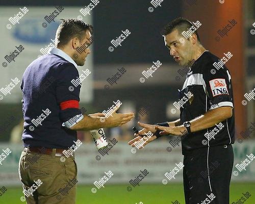 2014-09-20/ Voetbal / Seizoen 2014-2015/ Hoogstraten-URL Centre  / foto mpics.be / Trainer Tom Gevers wordt tot kalmte aangemaand.