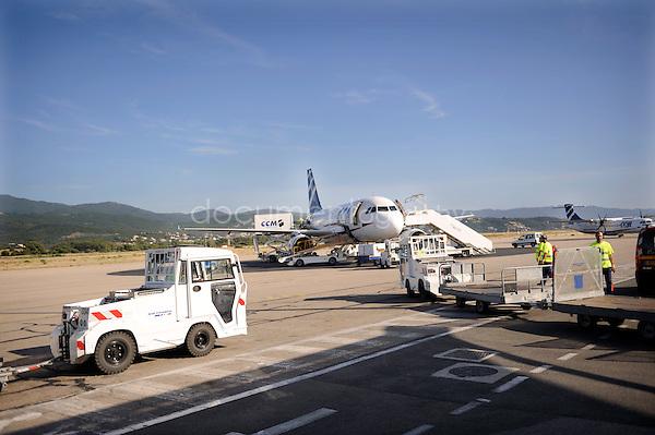 copyright : magali corouge / Documentography.10/06/09.Me?tier : Pilote.Vue d'un A 320 (ou A319) depuis la piste d'Ajaccio..
