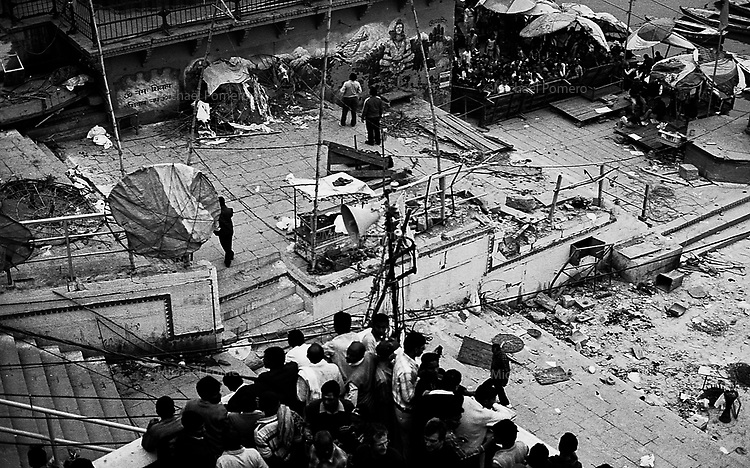 08.12.2010 Varanasi (Uttar Pradesh)<br /> <br /> A two-year-old girl named Swastika Sharma was killed and about 30-40 people, including four foreigners, were injured in a bomb blast at the Dashashwamedh Ghat on the banks of Ganga river in Varanasi at around 6.30 pm on Tuesday(07.12.2010).<br /> <br /> Terrorist group Indian Mujahideen has claimed responsability for the blast saying that it is a response to the recent Ayodhya verdict. A bomb hidden in a metal canister exploded during the Ganga Aarti (a daily lamp ritual) between Shitlamata Ghat and Dashashwamedh Ghat.(hindustantimes)<br /> <br /> <br /> Une fillette de deux ans du nom de Swastika Sharma a &eacute;t&eacute; tu&eacute; et environ 30-40 personnes, dont quatre &eacute;trangers, ont &eacute;t&eacute; bless&eacute;s dans l'explosion d'une bombe au Ghat Dashashwamedh sur les rives du Gange &agrave; Varanasi &agrave; environ 18 heures 30 le mardi (07.12. 2010).<br /> <br /> Le groupe terroriste des Mujahideen indiens a revendiqu&eacute; sa responsabilit&eacute; dans l'explosion en disant que c'est une r&eacute;ponse au verdict des derni&egrave;res Ayodhya. <br /> Une bombe cach&eacute;e dans un contenant en m&eacute;tal a explos&eacute; au cours de la Ganga Aarti (un rituel quotidien ) entre Shitlamata Ghat et Dashashwamedh Ghat. (hindustantimes)