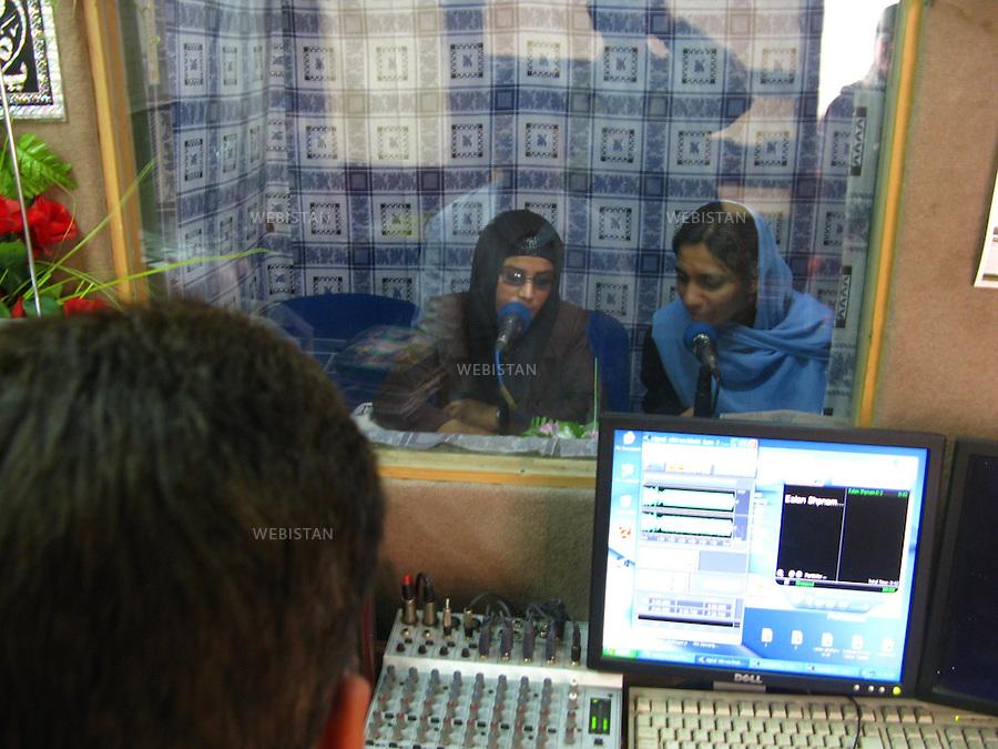 """AFGHANISTAN - KABOUL - 26 aout 2009 : bureaux et studio de l'emission radiophonique """"La voix des femmes afghanes""""..AFGHANISTAN - KABUL - August 26th, 2009 : Offices and studio of the Afghan radio show """"Afghan Women's Voices."""""""