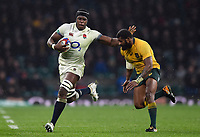 Maro Itoje of England goes on the attack. Old Mutual Wealth Series International match between England and Australia on November 18, 2017 at Twickenham Stadium in London, England. Photo by: Patrick Khachfe / Onside Images