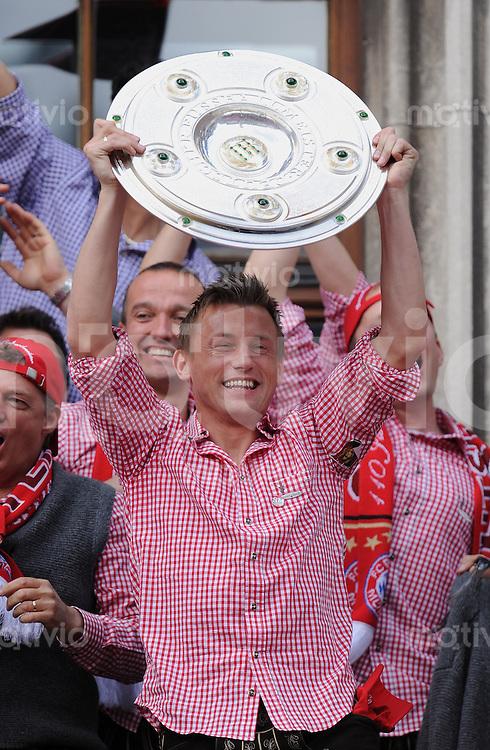 Fussball 1. Bundesliga :  Saison   2009/2010    09.05.2010 Der FC Bayern Muenchen  feiert  auf dem Muenchner Marienplatz die  Deutsche Meisterschaft 09/10: Ivica Olic (FCB)  mit Meisterschale